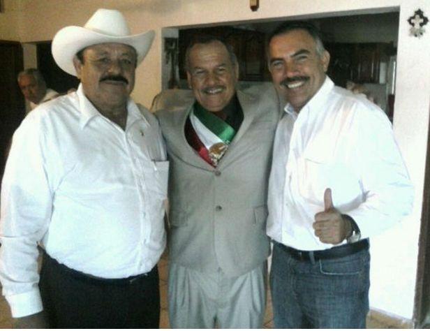 Alcalde con banda presidencial.1